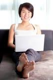 Giovane email di controllo esecutivo asiatico Fotografia Stock Libera da Diritti