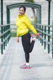 Giovane esercitazione asiatica della donna all'aperto in rivestimento al neon giallo, stre Immagine Stock Libera da Diritti