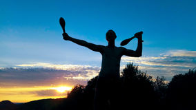 Giovane esercitazione maschio della siluetta Fotografia Stock Libera da Diritti