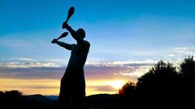 Giovane esercitazione maschio della siluetta Fotografie Stock Libere da Diritti