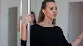 Giovane esercitazione sexy della donna di ballo del palo Immagine Stock