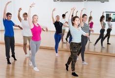 Giovane esercitazione sorridente dei ballerini di balletto Fotografia Stock Libera da Diritti