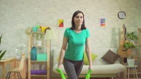 Giovane esercizio della donna di sport con il indor delle bande di resistenza archivi video
