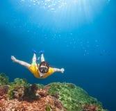 Giovane esploratore che naviga usando una presa d'aria underwater fotografie stock
