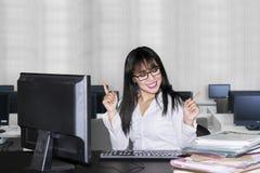 Giovane espressione della donna di affari felice nell'ufficio immagini stock
