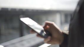 Giovane facendo uso dei apps su uno smartphone dello schermo attivabile al tatto - concetto per usando tecnologia, comperante onl stock footage