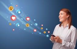 Giovane facendo uso del telefono con il concetto sociale di media immagine stock