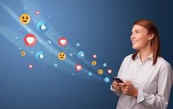 Giovane facendo uso del telefono con il concetto sociale di media illustrazione di stock
