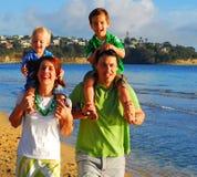 Giovane famiglia alla spiaggia di mattina Fotografia Stock Libera da Diritti