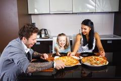 Giovane famiglia americana che mangia pizza Fotografia Stock Libera da Diritti