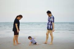 Giovane famiglia asiatica felice divertendosi camminata sopra alla spiaggia tropicale Fotografia Stock Libera da Diritti