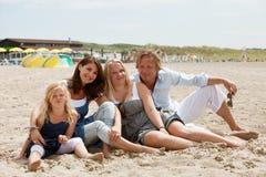 Giovane famiglia attraente immagini stock libere da diritti