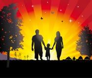 Giovane famiglia che cammina nel villaggio. Fotografia Stock