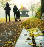 Giovane famiglia che cammina tramite l'erpice Parkin in autunno Immagini Stock Libere da Diritti