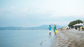 Giovane famiglia che gode di un'estate alla spiaggia stock footage