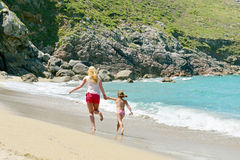 Giovane famiglia che ha divertimento sulla spiaggia Immagini Stock Libere da Diritti
