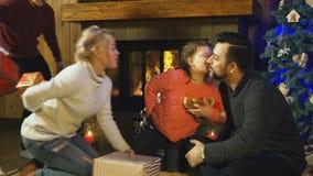 Giovane famiglia che si dà i regali di Natale archivi video