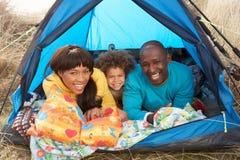 Giovane famiglia che si distende all'interno della tenda in vacanza Fotografia Stock