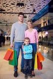 Giovane famiglia con i sacchetti della spesa Fotografia Stock Libera da Diritti
