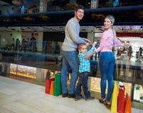 Giovane famiglia con i sacchetti della spesa fotografie stock libere da diritti