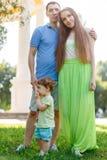 Giovane famiglia con il piccolo bambino in parco Fotografia Stock