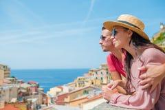 Giovane famiglia con la grande vista al vecchio villaggio Riomaggiore, Cinque Terre, Liguria, Italia Vacanza italiana europea Fotografia Stock