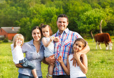 Giovane famiglia con tre bambini sull'azienda agricola Immagini Stock Libere da Diritti