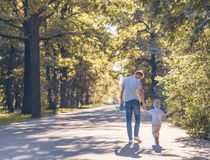 Giovane famiglia con un pattino Fotografia Stock
