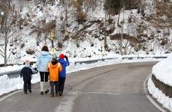 Giovane famiglia con una camminata di tre bambini Fotografie Stock