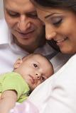 Giovane famiglia della corsa mista con il bambino neonato Fotografia Stock Libera da Diritti