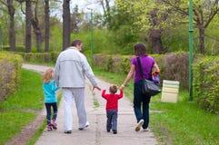 Giovane famiglia divertendosi nel parco Immagine Stock