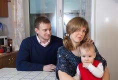 Giovane famiglia dopo il litigio immagine stock