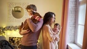 Giovane famiglia felice video d archivio