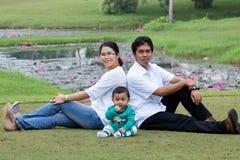 Giovane famiglia felice. Fotografie Stock Libere da Diritti