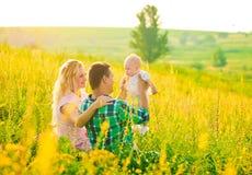 Giovane famiglia felice all'aperto Fotografia Stock Libera da Diritti