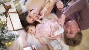 Giovane famiglia felice alla decorazione di natale video d archivio