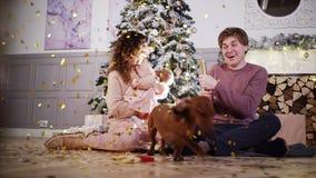 Giovane famiglia felice alla decorazione di natale archivi video