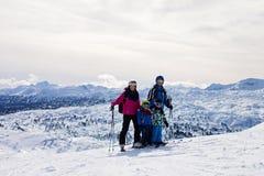 Giovane famiglia felice con due bambini, fratelli del ragazzo, scianti in A Fotografie Stock Libere da Diritti