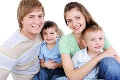 Giovane famiglia felice con i due piccoli figli Fotografia Stock Libera da Diritti