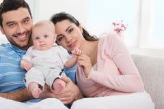 Giovane famiglia felice con il bambino immagini stock
