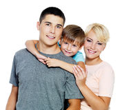 Giovane famiglia felice con un figlio di 6 anni Immagine Stock Libera da Diritti