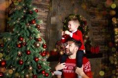 Giovane famiglia felice durante le feste del buon anno e di Buon Natale immagini stock