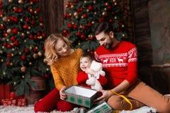Giovane famiglia felice durante le feste del buon anno e di Buon Natale immagini stock libere da diritti