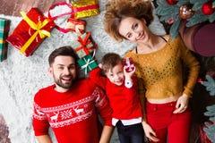Giovane famiglia felice durante le feste del buon anno e di Buon Natale fotografie stock