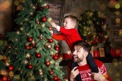 Giovane famiglia felice durante le feste del buon anno e di Buon Natale immagine stock libera da diritti