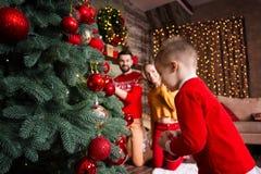 Giovane famiglia felice durante le feste del buon anno e di Buon Natale immagine stock