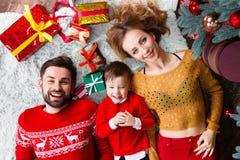 Giovane famiglia felice durante le feste del buon anno e di Buon Natale fotografia stock libera da diritti
