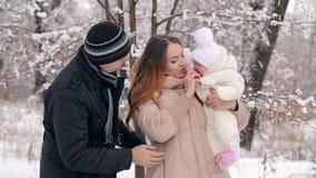Giovane famiglia felice nell'inverno video d archivio