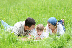 Giovane famiglia sulla natura Fotografia Stock