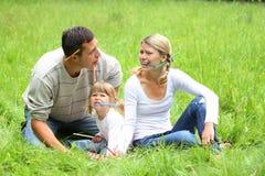 Giovane famiglia sulla natura Fotografia Stock Libera da Diritti